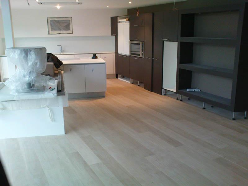 pose d 39 un parquet en ch ne huil blanc dans un salon et une cuisine. Black Bedroom Furniture Sets. Home Design Ideas